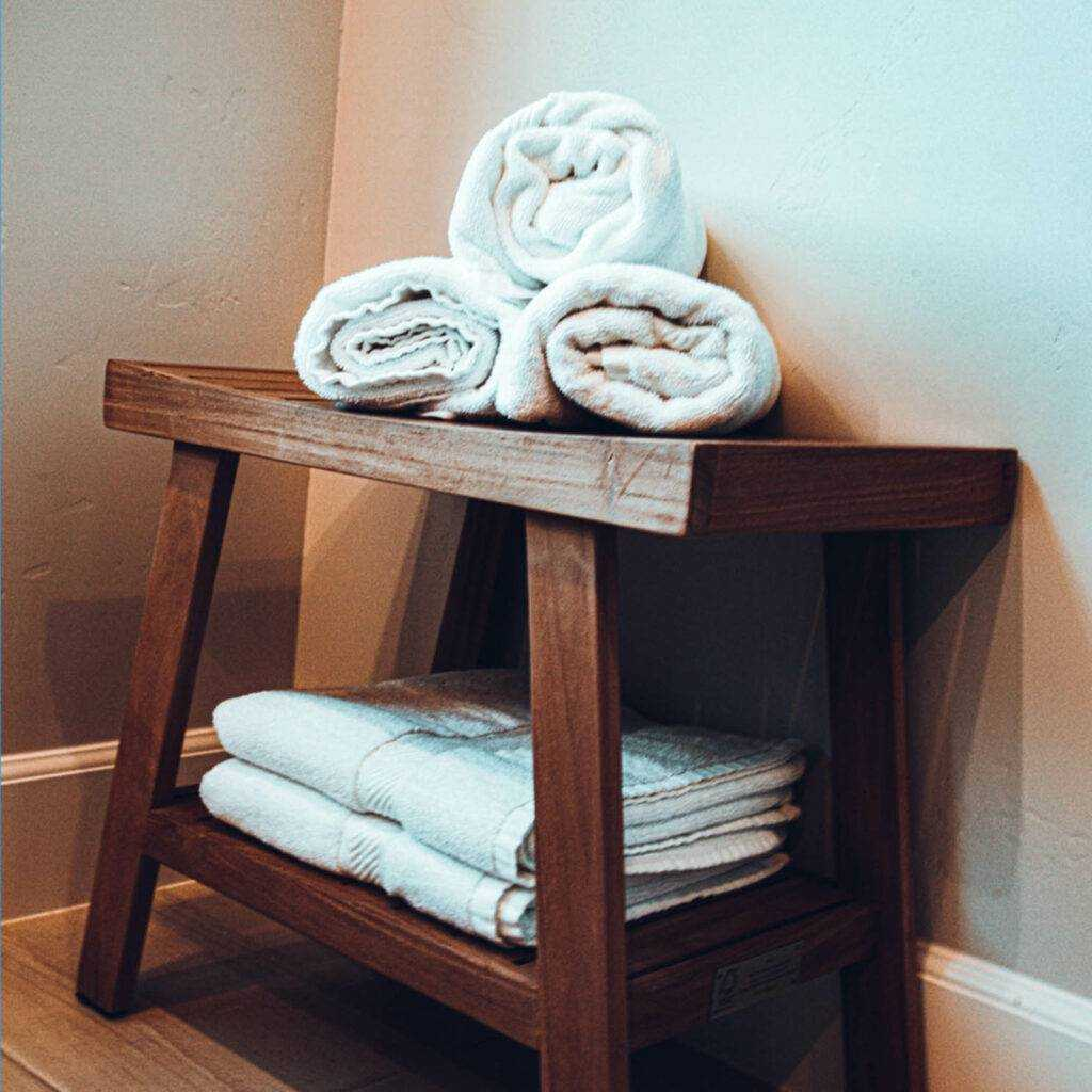Fjern alle personlige ting fra badet og legg til et par nye freshe hånklær, matte og planter.